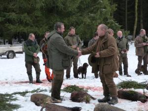 Předávání úlomku úspěšnému lovci